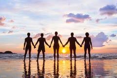 Gemeenschap of groepsconcept, silhouetten van mensen die zich en handen, team verenigen houden royalty-vrije stock foto