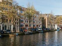 Gemeenschappelijke Nederlandse Huizen en Woonboten op het Kanaal van Amsterdam in de Herfst Royalty-vrije Stock Afbeelding