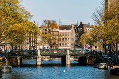 Gemeenschappelijke Nederlandse Huizen en Woonboten op het Kanaal van Amsterdam in de Herfst Royalty-vrije Stock Foto