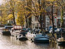 Gemeenschappelijke Nederlandse Huizen en Woonboten op het Kanaal van Amsterdam in de Herfst Royalty-vrije Stock Fotografie