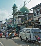 Gemeenschappelijke Sri Lankian overbevolkte straat met verschillend vervoer en voetgangers op 7 Dec, 2011 Stock Foto