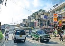 Gemeenschappelijke Sri Lankian overbevolkte straat met verschillend vervoer en voetgangers op 7 Dec, 2011 in Colombo Stock Foto