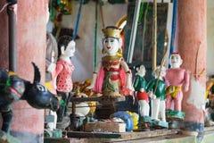 Gemeenschappelijke Vietnamese watermarionetten achter puppetry staat De controlekamer is donker om poppenkastspelers en instrumen stock afbeeldingen