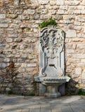 Gemeißelter Marmorierungtrinkbrunnen an Gulhane-Park, Sultan Ahmet-Bezirk, Istanbul Stockfoto