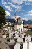Gemeindekirche und -kirchhof in Dorf Tirol Stockfoto
