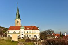 Gemeindekirche von St Michael und von deutschem Auftragsschloss Stadt von Gumpoldskirchen, Niederösterreich lizenzfreie stockbilder