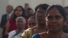 Gemeindemitglieder in der Kirche predigen in der katholischen Kirche in Indien stock footage