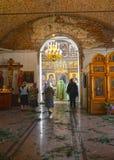 Gemeindemitglieder stehen auf Gottesdienst in der Kirche der Annahme Poshekhonje, Yaroslavl-Region lizenzfreie stockbilder