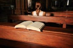 Gemeindemitglieder und ein geöffnetes Gebetsbuch in der Kathedrale in Verona stockfoto
