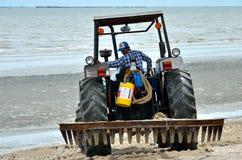 Gemeindeverwaltungs-Gebrauchsmaschinerie, die Bangsaen-Strand säubert Lizenzfreie Stockfotos
