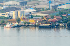 Gemeinschaft und Tempel bei Chao Phraya River Stockfotografie