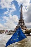 Gemeinschafts-Markierungsfahne und Eiffelturm Lizenzfreies Stockfoto