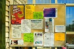 Gemeinschaftsanschlagbrett mit verschiedenen Mitteilungen in Te Kao Stockfoto