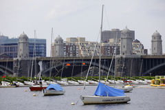 Gemeinschaftsbootfahrt und die Longfellow-Brücke Boston Stockbilder