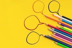 Gemeinschaftskommunikation, stellt Leutekonferenz, Social Media-Interaktion u. Verpflichtung dar Gruppe Bleistifte, die Idee teil Stockbild