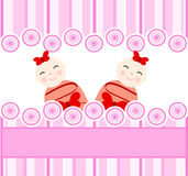 gemella le ragazze su priorità bassa a strisce dentellare Immagini Stock Libere da Diritti