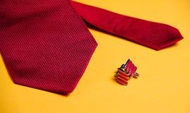 Gemelli del metallo e rossi e cravatta rossa fotografia stock