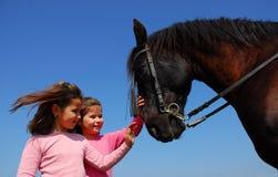Gemelli e cavallo immagine stock libera da diritti