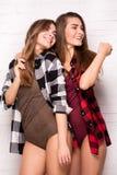 Gemelli felici che posano insieme Fotografia Stock