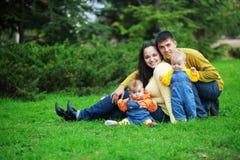 gemelli felici dei genitori Immagini Stock