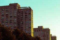 Gemelli tripli che costruiscono a St Petersburg vicino al golfo dell'aletta fotografie stock
