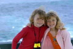 Gemelli in una sosta di spiaggia Fotografie Stock