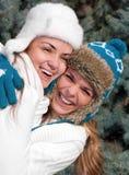 Gemelos alegres de las muchachas, en el parque Fotos de archivo libres de regalías