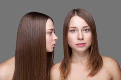 Gemelos con la piel perfecta y el pelo recto largo Fotos de archivo libres de regalías