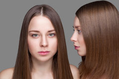 Gemelos con la piel perfecta y el pelo recto largo Fotografía de archivo