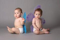 Gemelos con las alas de la mariposa Imagenes de archivo