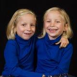 Gemelos de abrazo de los gemelos Fotografía de archivo