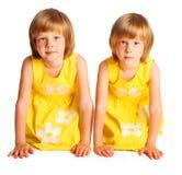 Gemelos de las hermanas en alineadas amarillas Foto de archivo libre de regalías