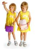 Gemelos de las hermanas en alineadas amarillas Fotografía de archivo libre de regalías