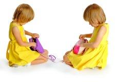 Gemelos de las hermanas en alineadas amarillas Fotos de archivo libres de regalías