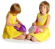 Gemelos de las hermanas en alineadas amarillas Imágenes de archivo libres de regalías