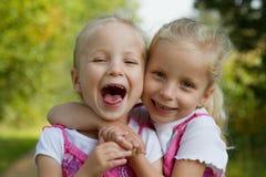 Gemelos de risa Fotografía de archivo libre de regalías