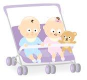 Gemelos del bebé en cochecito con el oso de peluche Imagen de archivo libre de regalías