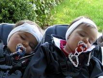 Gemelos durmientes en el carro de bebé (b) Imagen de archivo libre de regalías
