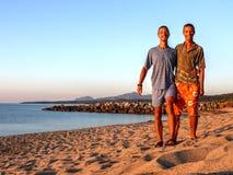 Gemelos en la playa sarda imagenes de archivo