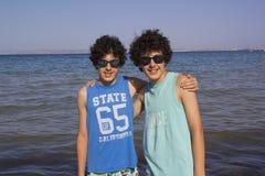 Gemelos felices en la isla de Quíos, Grecia imagenes de archivo