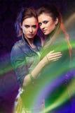 Gemelos femeninos en rayas ligeras coloreadas. Imagenes de archivo