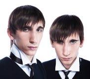 Gemelos jovenes con cortes de pelo de la manera Imagenes de archivo