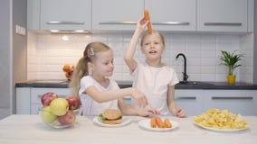 Gemelos que se divierten con las zanahorias metrajes