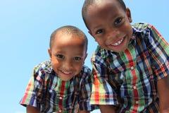 Gemelos que sonríen hacia abajo Fotos de archivo libres de regalías