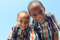 Gemelos que sonríen hacia abajo imágenes de archivo libres de regalías