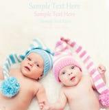 Gemelos recién nacidos muchacho y muchacha Imágenes de archivo libres de regalías