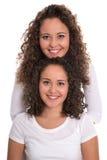 Gemelos similares reales con los rizos naturales de la parada aislados sobre b blanco foto de archivo