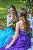 Gemelos sonrientes felices hermosos de las hermanas Fotografía de archivo