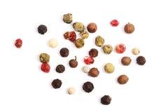 Gemengd die van heet, rood, zwart, witte peper en groene paprika op witte achtergrond wordt geïsoleerd Hoogste mening stock afbeeldingen