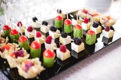 Gemengd fingerfood canapes op voorgerechtlijst stock fotografie